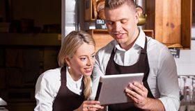 Winkeliers checken hun leadgeneratie op een tablet