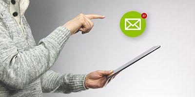 E-mail-ontvanger met tablet